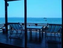 Uma opinião bonita do mar do interior da casa próximo pelo mar excedente na ilha do larn do koh, pattaya, chonburi, Tailândia imagens de stock royalty free