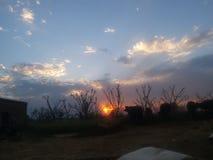Uma opinião bonita do por do sol na área rural foto de stock
