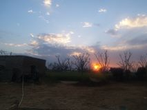 Uma opinião bonita do por do sol na área rural fotos de stock