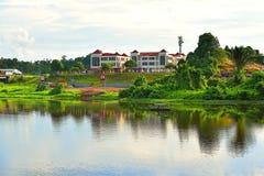 Uma opinião cênico Batu Kawa River In Kuching, Sarawak que enfrenta as construções modernas e os cemitérios chineses foto de stock