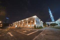 Uma opinião da noite na mesquita azul, Shah Alam, Malásia imagens de stock