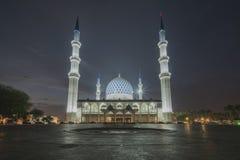 Uma opinião da noite na mesquita azul, Shah Alam, Malásia imagem de stock