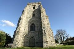 Uma opinião da paisagem da igreja de Canewdon contra um céu azul Fotografia de Stock Royalty Free