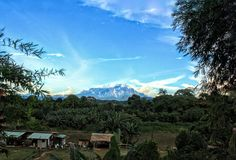 Uma opinião da tarde do Monte Kinabalu fotografia de stock