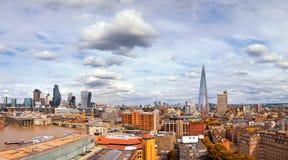 Uma opinião de ângulo alto de Londres do banco sul no outono imagens de stock