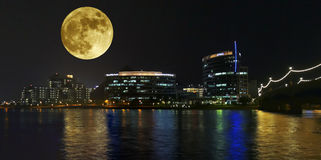 Uma opinião de Hayden Ferry Lakeside Full Moon, Tempe Imagens de Stock