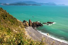 Uma opinião de Panaromic da baía de Nha Trang de um ponto de vista na passagem de montanha de Hin do Cu em Khanh Hoa Province, Vi imagens de stock royalty free