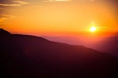 Uma opinião de perspectiva bonita acima das montanhas com um inclinação Imagem de Stock Royalty Free