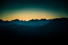 Uma opinião de perspectiva bonita acima das montanhas com um inclinação Imagens de Stock