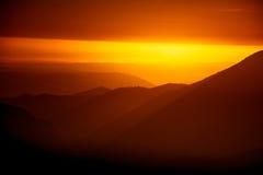Uma opinião de perspectiva bonita acima das montanhas com um inclinação Fotografia de Stock
