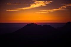 Uma opinião de perspectiva bonita acima das montanhas com um inclinação Fotos de Stock Royalty Free
