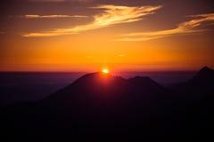 Uma opinião de perspectiva bonita acima das montanhas com um inclinação Imagem de Stock