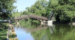 Uma opinião de Stratford, Canadá, rio de Avon com ponte 4K video estoque