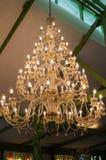 Uma opinião do baixo-ângulo do candelabro do vintage no teto foto de stock