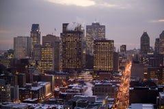 Uma opinião do birdseye do iluminado belamente na cidade em Montreal foto de stock