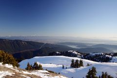 Uma opinião do brid da cimeira da montanha da neve Fotografia de Stock Royalty Free
