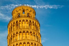 Uma opinião do close-up da torre inclinada de Pisa, Itália foto de stock