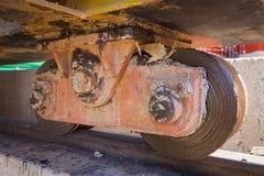 Uma opinião do close up das rodas de um guindaste Fotografia de Stock