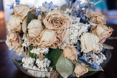 Uma opinião do close up de uma bacia de flores secadas coloridas pálidas fotos de stock