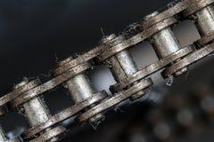 Uma opinião do close-up de uma corrente que circunda a roda denteada fotos de stock royalty free