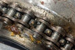 Uma opinião do close-up de uma corrente que circunda a roda denteada fotografia de stock