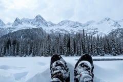 Uma opinião do close up uma pessoa e seus pares de sapatos de neve em Fernie, Columbia Britânica, Canadá fotos de stock royalty free