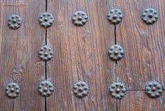 Uma opinião do close-up a uma parte da porta de madeira marrom velha Foto de Stock