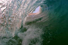 Uma opinião do olho dos surfistas de uma onda imagem de stock royalty free