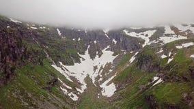 Uma opinião do olho do ` s do pássaro da garganta da montanha alta nas montanhas alpinas filme