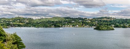 Uma opinião do panorama de um lago com natureza imagem de stock