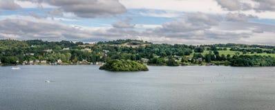 Uma opinião do panorama de um lago com natureza imagem de stock royalty free