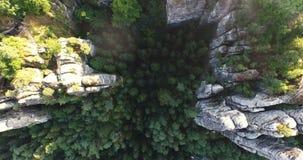 Uma opinião do s-olho do ` do pássaro uma vista panorâmica magnífica de Bastai em Alemanha ao lado do rio em um dia ensolarado vídeos de arquivo