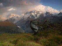 Uma opinião dos cumes do Pennine, Suíça da noite. imagens de stock royalty free