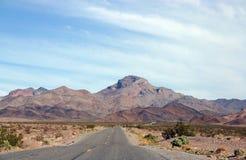 Uma opinião elevada da maneira de Death Valley Fotos de Stock Royalty Free