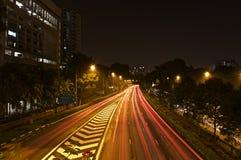 Uma opinião espetacular da noite da estrada de Singapura Fotografia de Stock Royalty Free