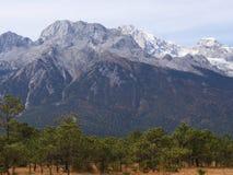 Uma opinião impressionante Jade Dragon Snow Mountain em Lijiang Yunnan P imagens de stock royalty free