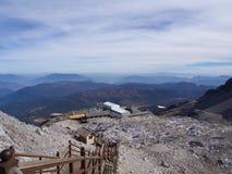 Uma opinião impressionante Jade Dragon Snow Mountain em Lijiang Yunnan P imagens de stock