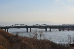 Uma opinião lateral da passagem velha da ponte foto de stock