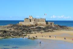Uma opinião Saint Malo Castle na maré meados de, França Fotografia de Stock