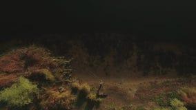 Uma opinião superior o pescador com uma vara de pesca no lago Tiro do zangão filme