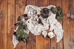 Uma opinião superior um moedor de madeira, do vintage, feijões de café, copos e hera em uma tabela de madeira velha com uma toalh fotos de stock royalty free