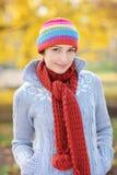 Uma opinião uma mulher nova bonita no parque Imagem de Stock Royalty Free