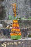 Uma oração que oferece no templo imagem de stock royalty free