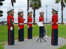 Uma orquestra colorida de postes de amarração pintados Fotos de Stock