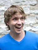 Uma outra face feliz do homem na parede de tijolo Fotos de Stock