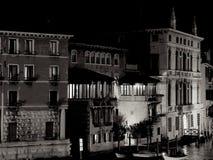 Uma outra vista das construções históricas de Veneza na noite foto de stock royalty free