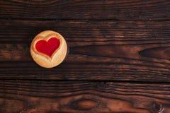 Uma ouvir-cookie na tabela de madeira Imagens de Stock