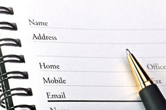 Uma página em branco do livro de endereço aberto. Imagem de Stock