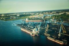 Uma paisagem aero bonita de Riga e de área que olham fora de uma janela plana pequena Riga, Letónia, Europa no verão Voo autêntic imagem de stock