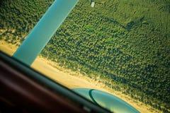 Uma paisagem aero bonita que olha fora de uma cabina do piloto plana pequena Riga, Letónia, Europa no verão Experiência autêntica foto de stock